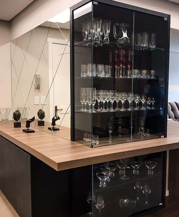 cristaleira moderna sob medida na sala