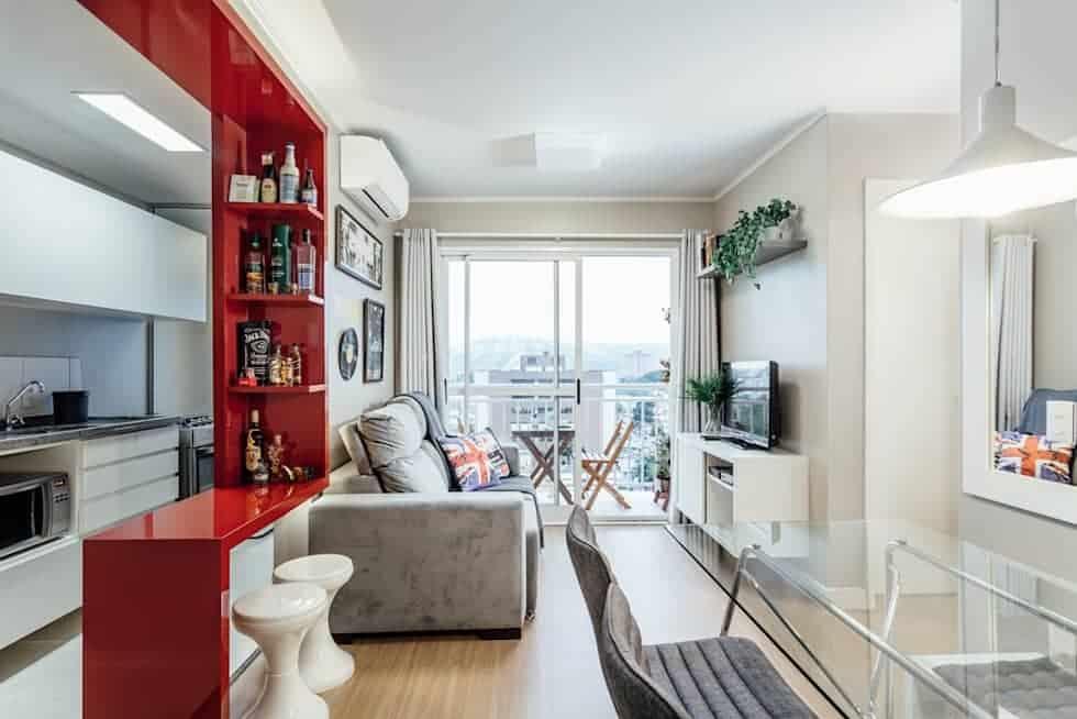 Sala clara com bancada vermelha