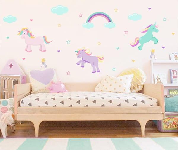 quarto colorido com adesivos de unicornio