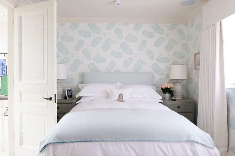 Dormitório com cores claras e aconchegante, com tons de azul claro