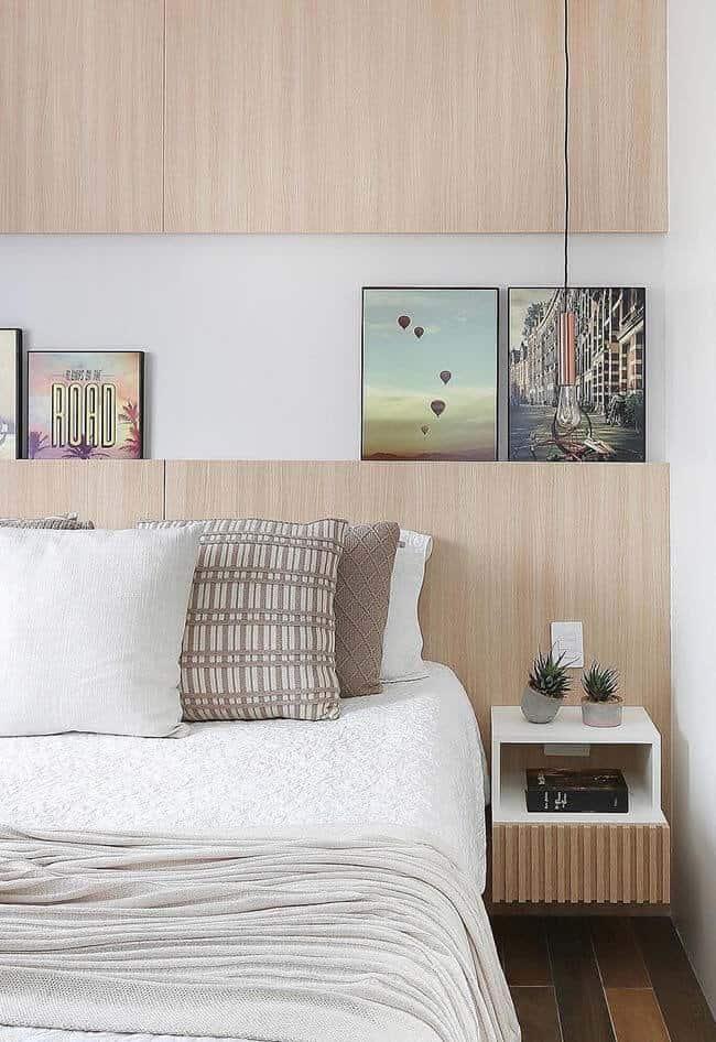 Cabeceira de MDF simples e reta, com espaço para quadros apoiados