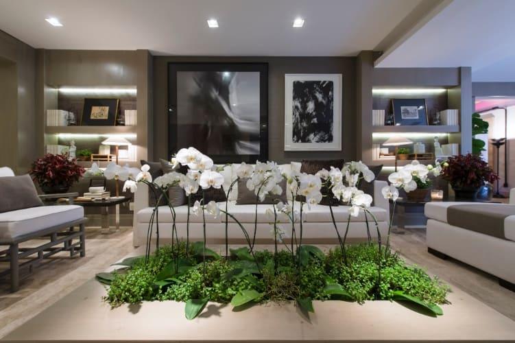 Mesa de centro com local para orquídeas plantadas. A decoração fica linda, elegante e super original.