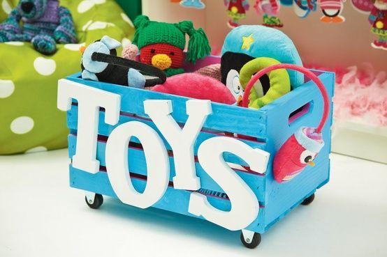 organizar os brinquedos com caixote de madeira