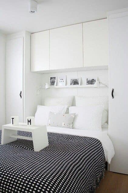 Quarto de casal com armário em cima da cama