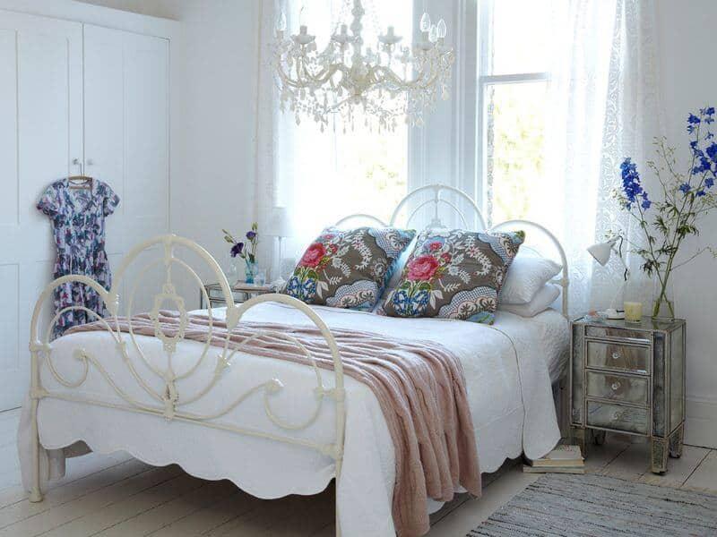Quarto de casal romântico com cama de ferro, e lustre