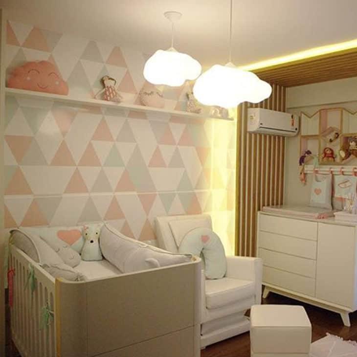 quarto de bebe com luminarias de nuvem