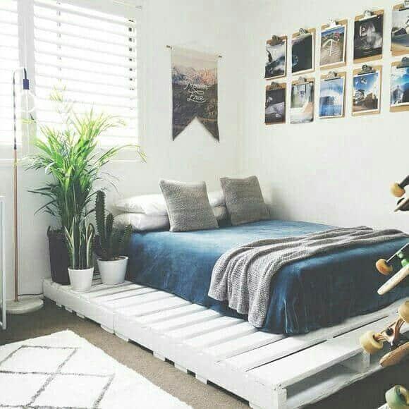 Quarto alternativo, com cama de pallets, e fotografias nas paredes