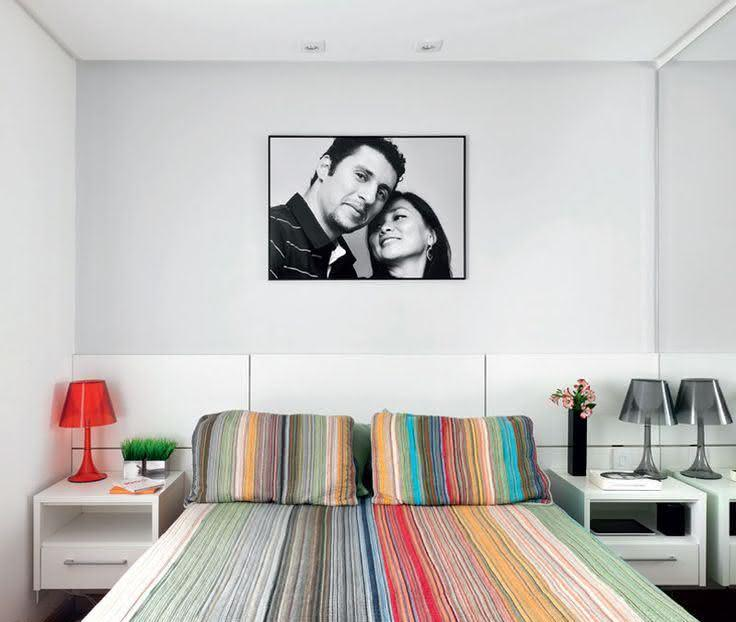 Foto preto e branco em cima da cama do casal