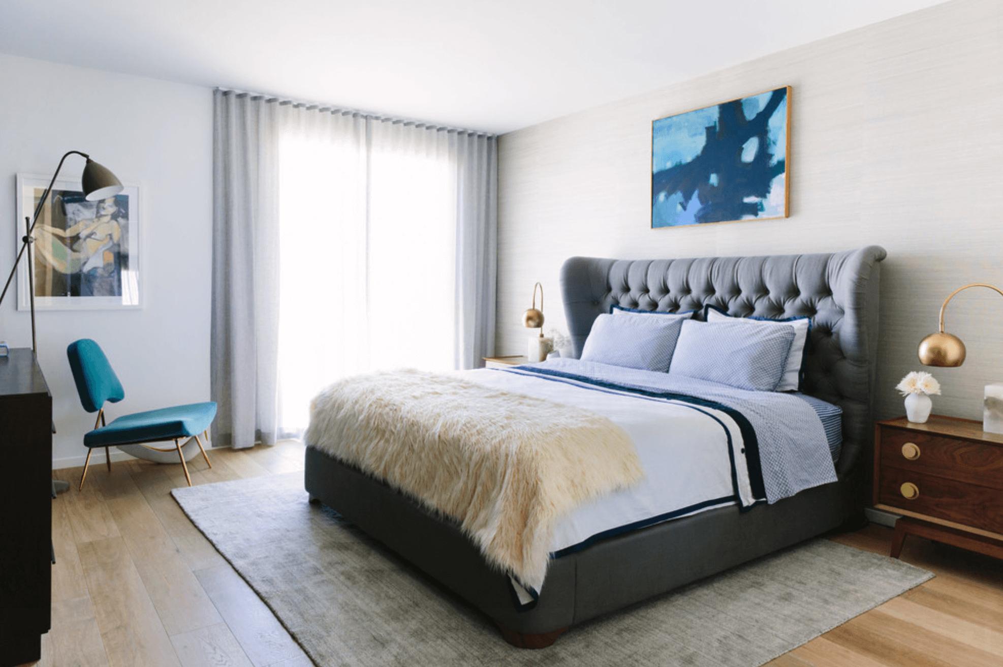 Quarto com cabeceira estofada cama king e decoração moderna