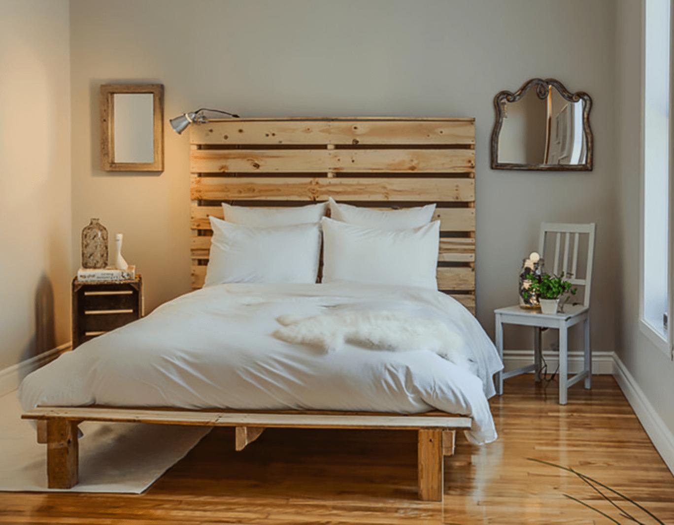 Decoração com cama e cabeceira de pallet