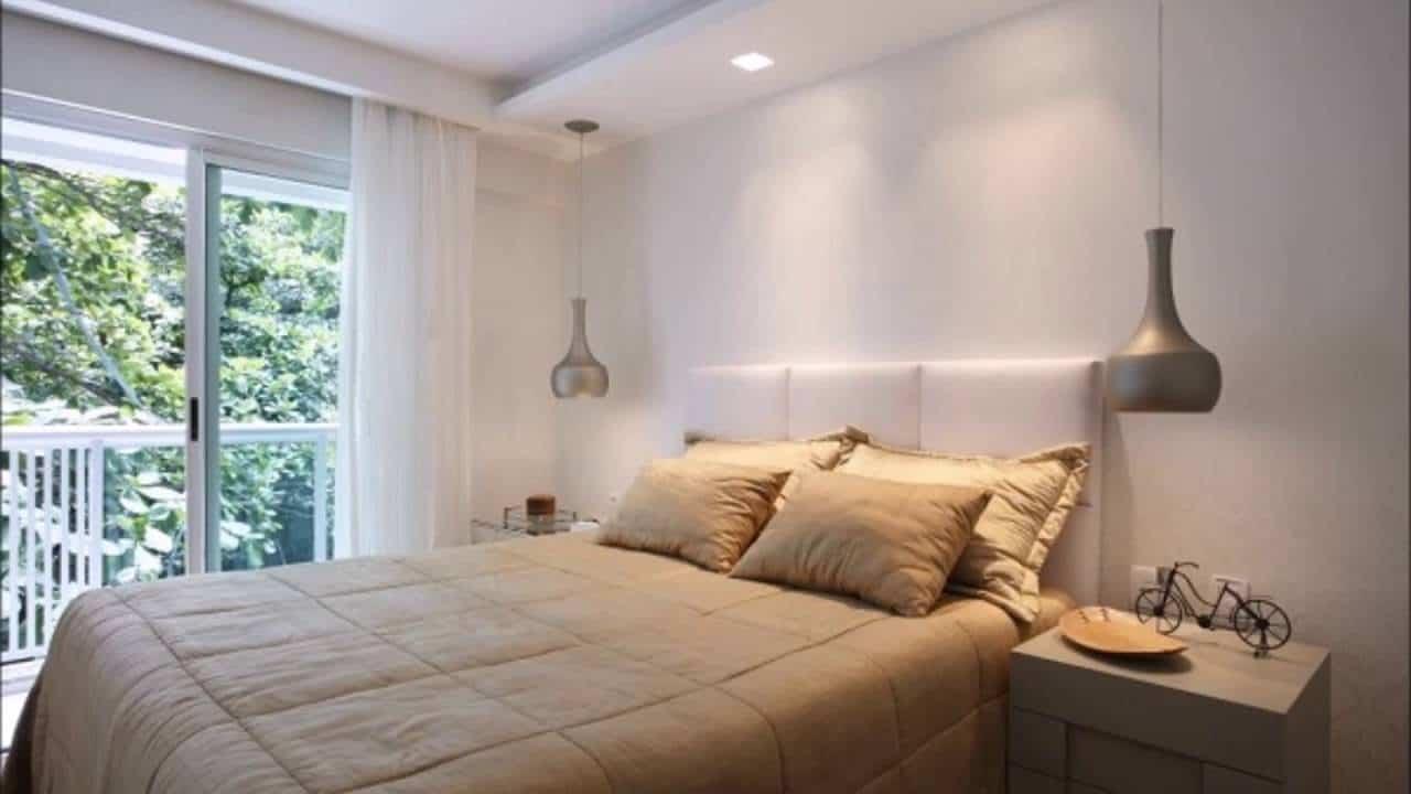 Decoração de quarto com sanca simples e pendentes