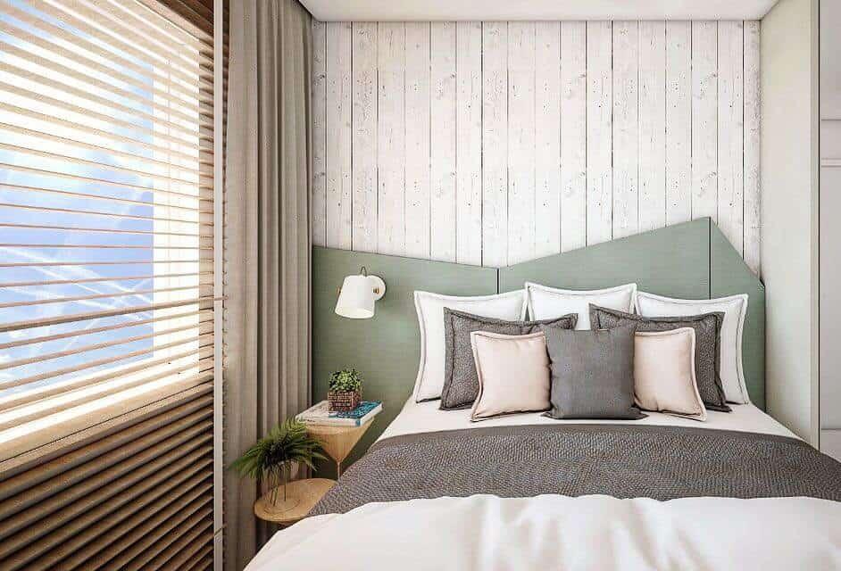 Quarto de casal com parede de madeira e cabeceira moderna geométrica