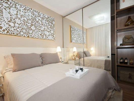 Decoração de quarto de casal pequeno com quadro