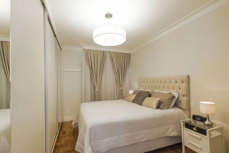 Quarto com decoração branca e bege e cama queen