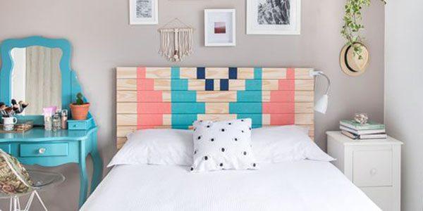 Quarto de casal com móveis coloridos