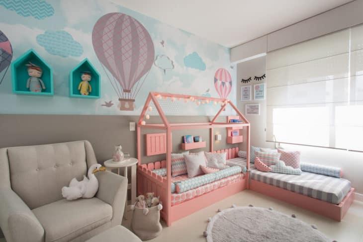 quarto montessoriano de bebe com nuvens