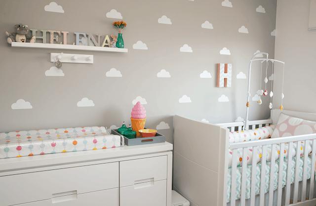quarto de bebe com parede de nuvens