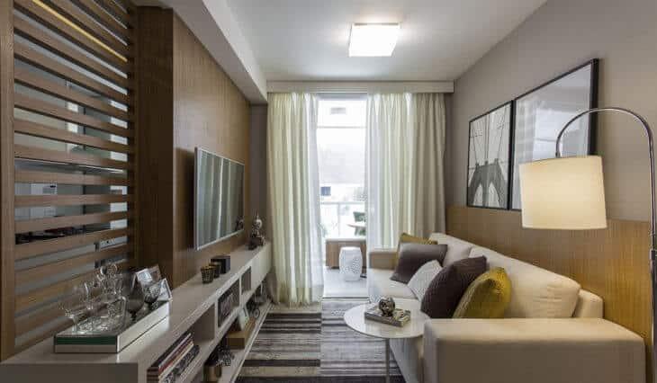 Apartamento pequeno com sala de decoração moderna, com sacada