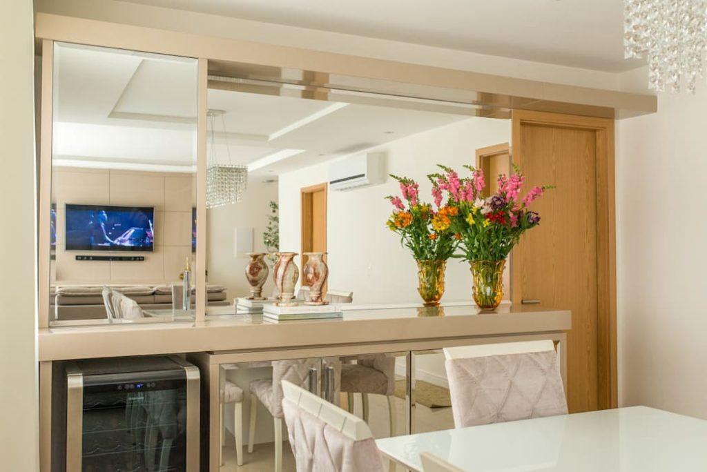 sala de jantar com cristaleira de espelho