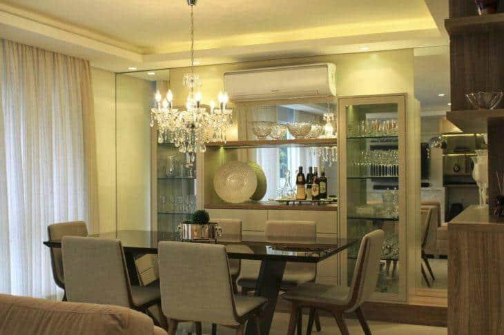 sala de jantar com cristaleira sob medida