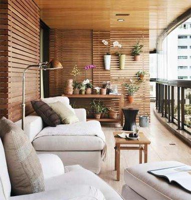 Varanda com vários vasos de orquídeas no aparador e nas paredes.