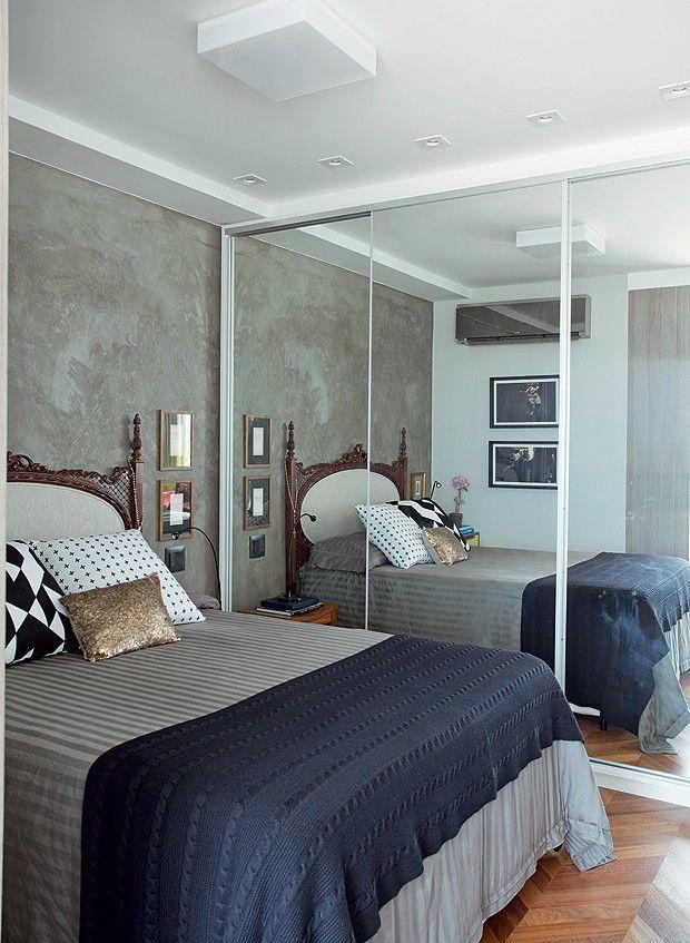 Cama com cabeceira antiga em quarto moderno