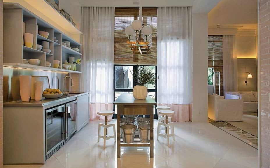 Cortina + persiana de palha na cozinha