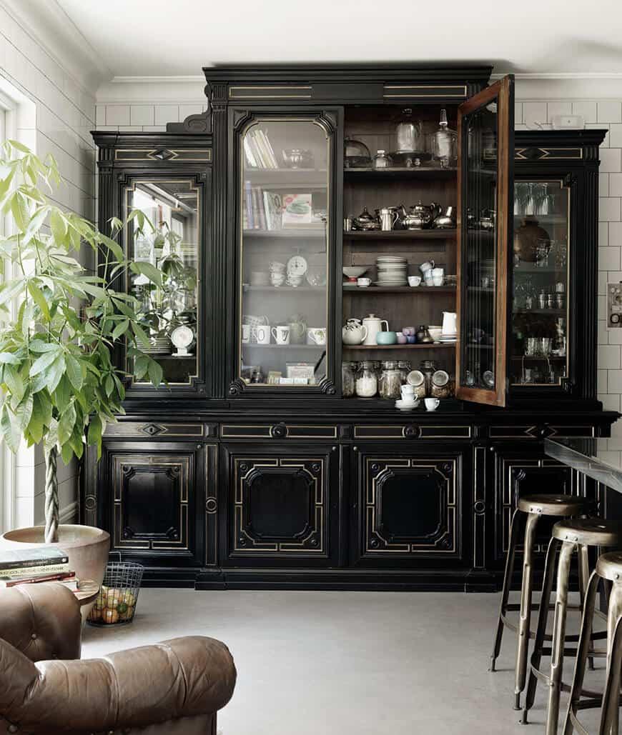 Cristaleira grande e clássica pintada de preto