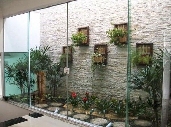 jardim de inverno com pedras na parede