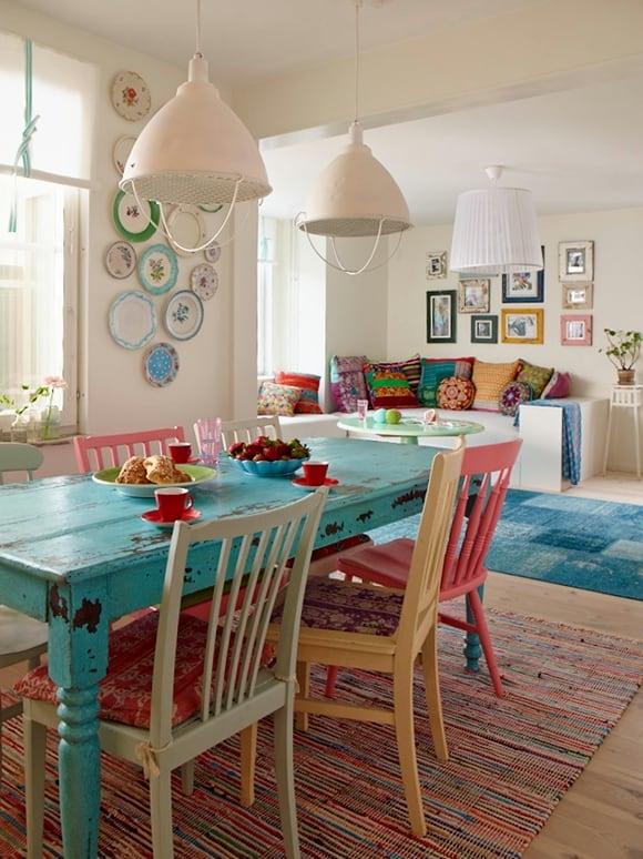 Mesa antiga com pintura rústica no jantar
