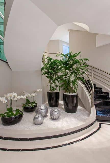 folhagens modernas embaixo da escada
