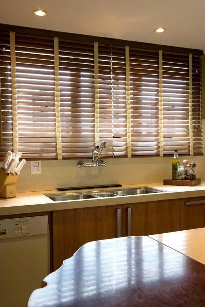 Persiana de madeira horizontal na cozinha