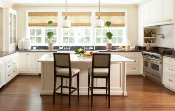Persianas de palha na cozinha embutidas na janela
