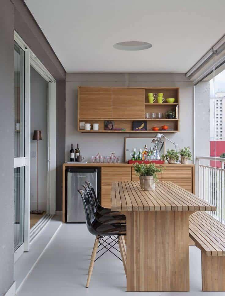 Móveis simples na varanda