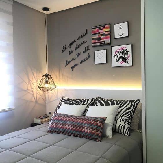 cabeceira de quarto moderno iluminada