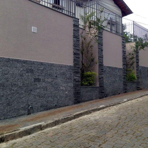 pedra decorativa miracema cinza no muro