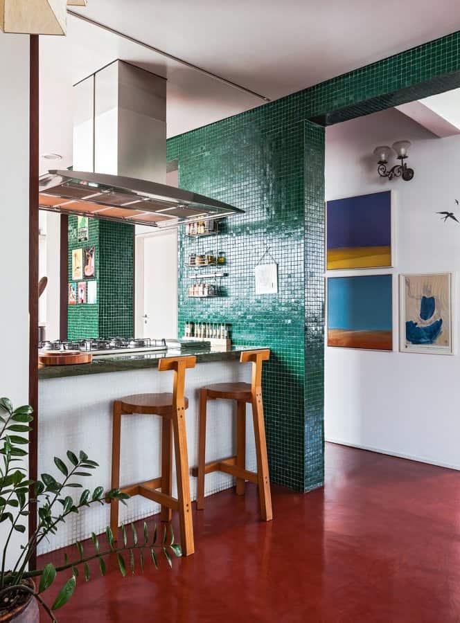 Cozinha integrada colorida e dividida por bancada