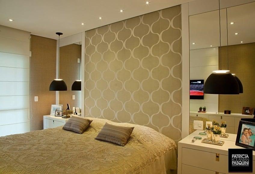 quarto de casal sem cabeceira com papel de parede