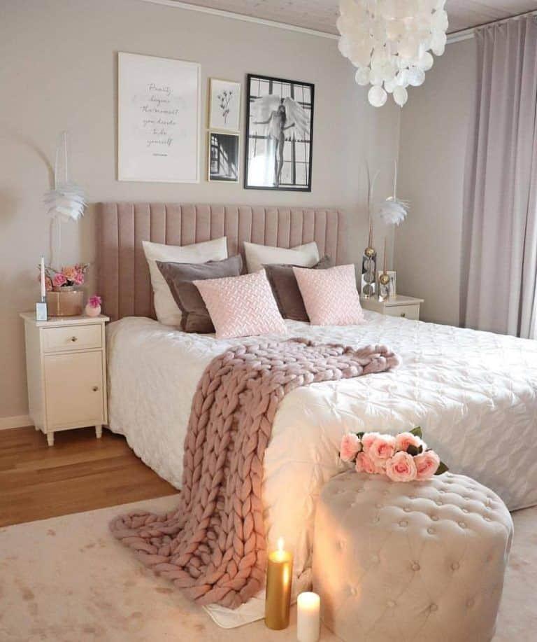 quarto feminino com paredes offwhite cabeceira capitonet
