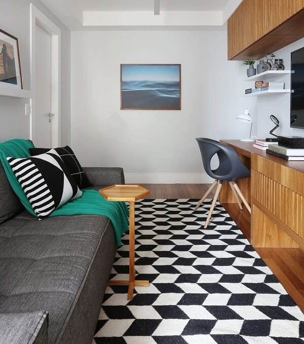 tapete-geometrico-preto-e-branco-na-sala