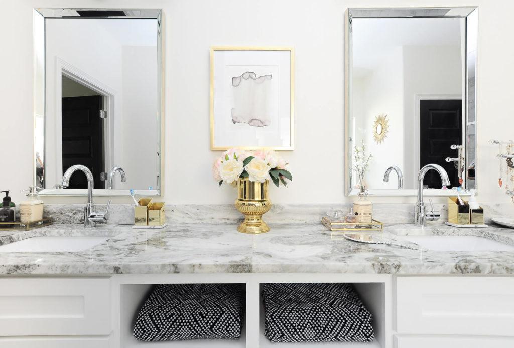 Bancada dupla no banheiro em mármore branco