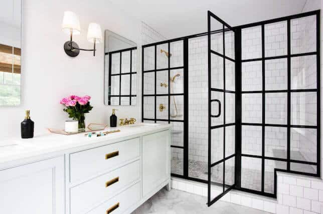 Banheiro branco com box preto diferente