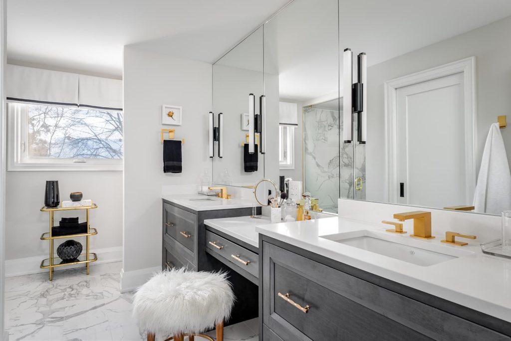 Banheiro branco de luxo com penteadeira