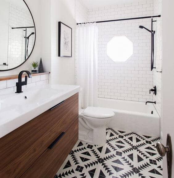 Parede de tijolinho no banheiro com banheira