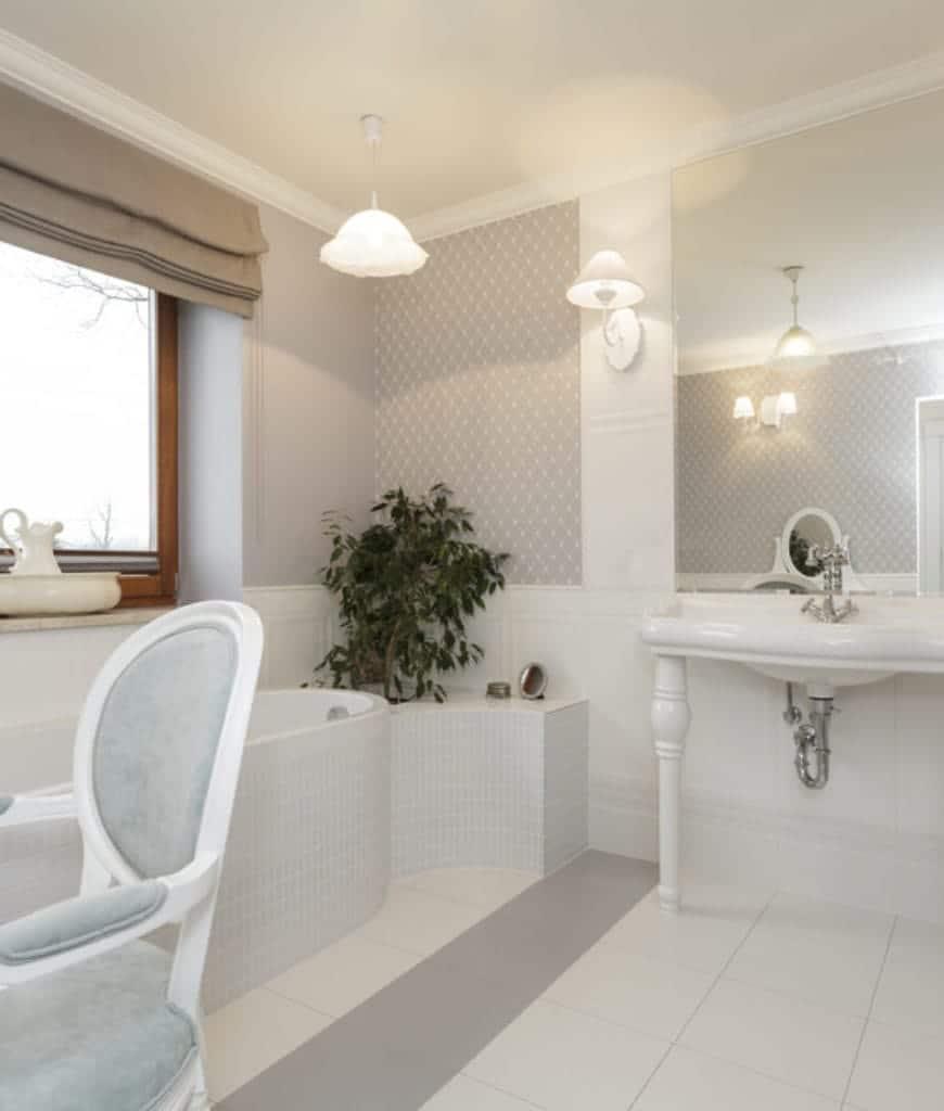 Banheiro branco de luxo com cadeira