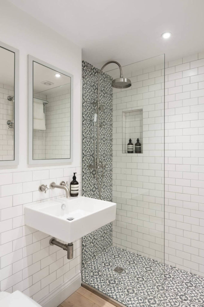 Banheiro moderno e pequeno em branco e preto
