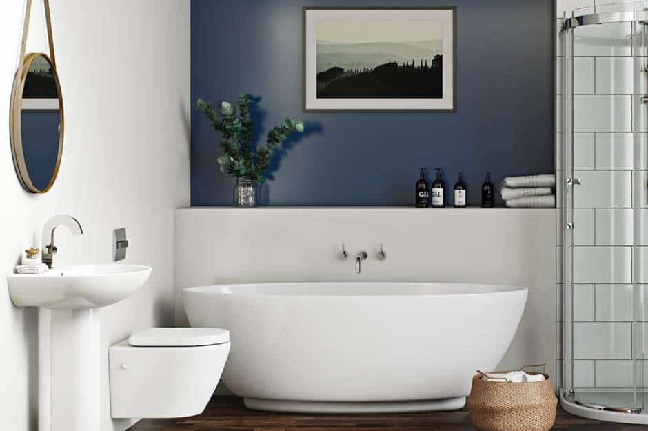 Decoração moderna de banheiro branco com parede azul