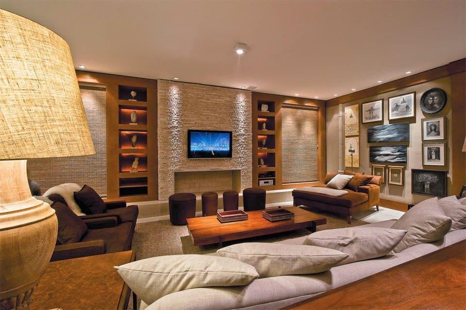 lareira de pedra com tv em cima