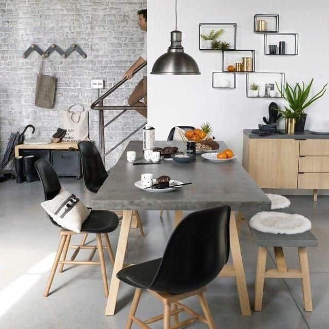 bancos e mesa com tampo de madeira ideia
