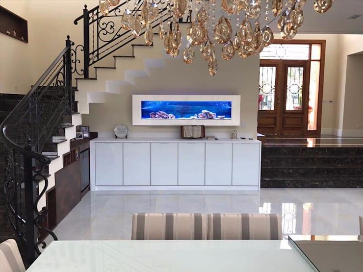sala de luxo com aquario na decoracao